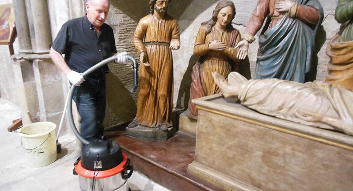 Nettoyage de la Mise au tombeau dans la chapelle du Saint-Sacrement