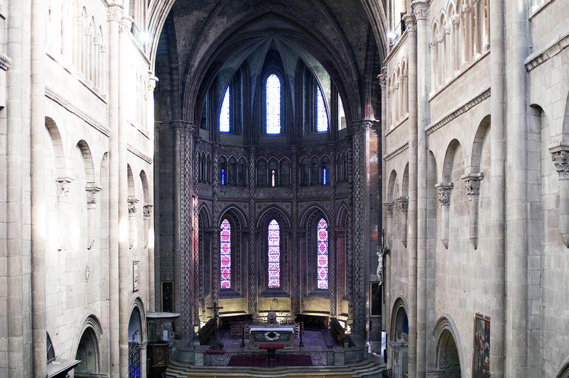 La nef et le choeur de la collégiale Saint-Barnard